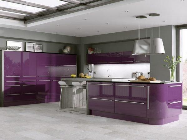 Кухня в стиле хай-тек с фиолетовым гарнитуром