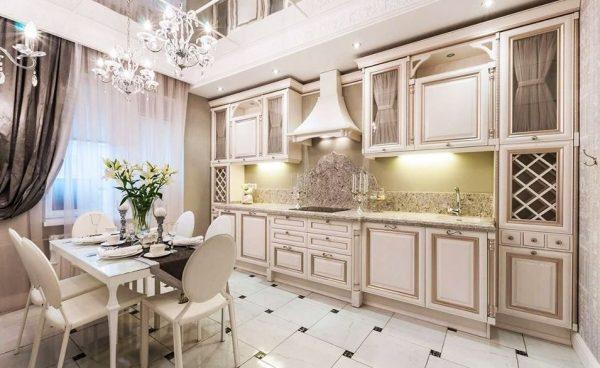 Интерьер классической кухни с серыми шторами