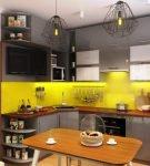 Жёлтый фартук на серой стене кухни