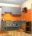 Серый кухонный гарнитур на фоне оранжевой стены