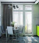 Серые шторы с зелёным гарнитуром на кухне