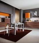 Оранжевые детали на кухне с серыми стенами