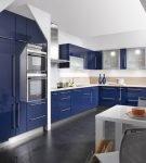 Синие шкафы на серой кухне