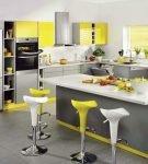 Серо-жёлтый интерьер просторной кухни