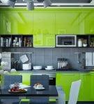Зелёный гарнитур и серые стены на небольшой кухне