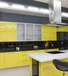 Жёлтый и серый тона в дизайне современной кухни