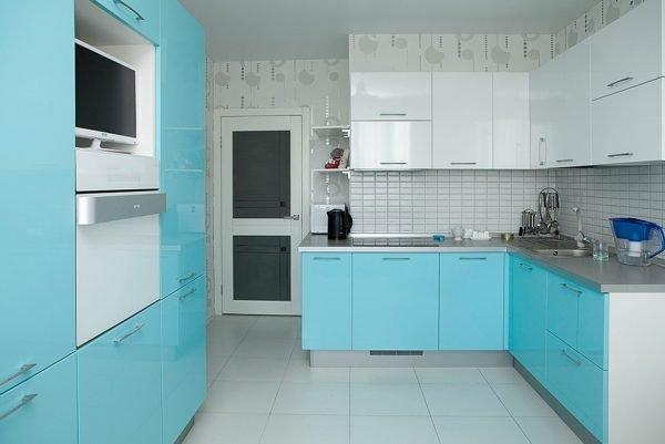Светлая минималистичная кухня с бирюзовыми дополнениями