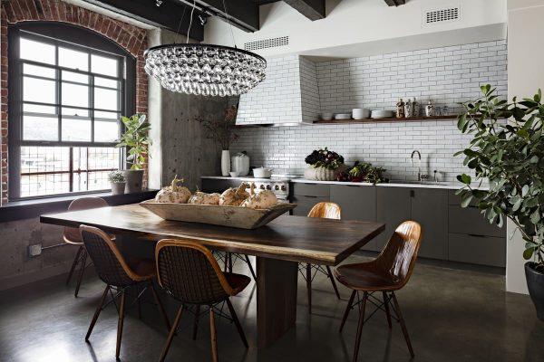 Массивная люстра для интерьера в стиле лофт на кухне