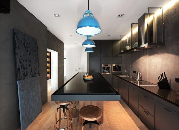 Большой кухонный стол на прямоугольной кухне
