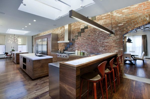 Большая кухня в стиле лофт со стильной мебелью