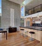 Просторная кухня в двухэтажном доме