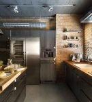 Большая кухня с деревянной мебелью в доме лофт