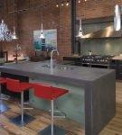 Серый стол на большой кухне в доме