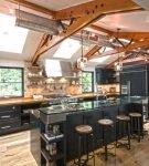Необычные балки на кухне в стиле лофт