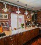 Прямоугольная кухня в доме с деревянной мебелью