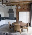 Круглый стол на кухне в доме с интерьером в стиле лофт