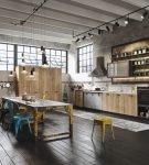 Большая кухня с балками на потолке