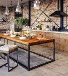 Необычный стол в большой кухне стиля лофт