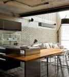 Большая кухня с современной мебелью и отделкой лофт