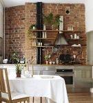 Небольшая кухня с обстановкой лофт и кирпичной стеной