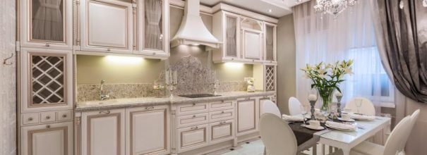 Добротная деревянная мебель с резьбой, благородные спокойные оттенки классического стиля обеспечат кухне аристократичный вид, расскажут о высоком статусе и отличном вкусе хозяев.