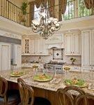 Кухня с двойным освещением в стиле ренессанс