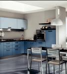 Синяя мебель на большой кухне