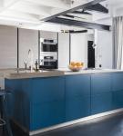 Тёмно-синяя мебель и серые кухонные шкафы