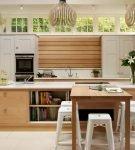 Светлая мебель на небольшой кухне
