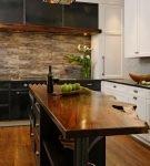 Оригинальная деревянная столешница и фартук на кухне