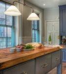 Серая мебель и коричневая столешница на кухне