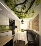 Яркий потолок и бытовая техника на кухне