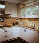 Простая обстановка кухни в стиле эко