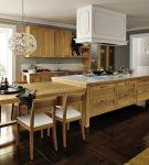 Мебель из древесины и тёмное напольное покрытие на кухне