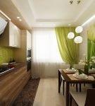Зелёные шторы и декор на стене кухни