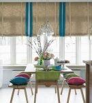 Двухцветные шторы для кухни с оформлением эко