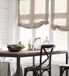 Полупрозрачные занавески на окне кухни