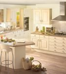 Уютная и светлая кухня с минимумом декора в стиле эко