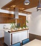 Оригинальное оформление потолка на кухне в эко стиле