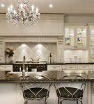 Классический интерьер кухни в светлых тонах