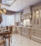 Светлый гарнитур на кухне в стиле классик