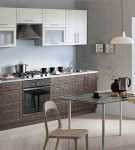Коричневая мебель на фоне светлых стен кухни модерн
