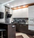 Небольшая кухня с контрастным напольным покрытием
