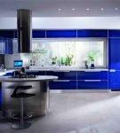 Яркая синяя кухня в стиле хай-тек
