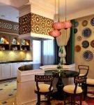 Яркий декор стен на стенах кухни в этническом стиле