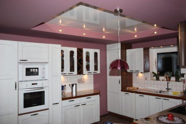 Розовый потолок на кухне