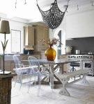 Необычная люстра в интерьере эклектика на кухне