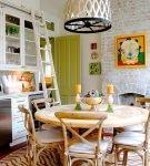 Зелёная дверь на фоне белых стен кухни эклектика