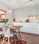 Яркий коврик на кухне в стиле эклектика