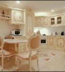 Изящная мебель на кухне в стиле рококо